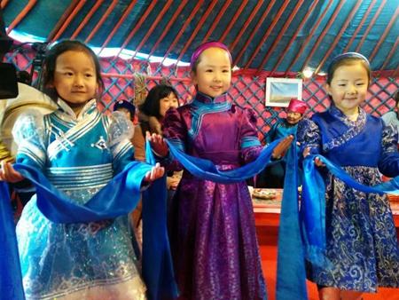 在蒙古族家庭新年聚会上,小朋友给大家拜年_副本.jpg